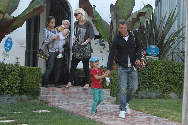 Gwen Stefani, black leggings, black tshirt, flip flops, sunglasses, bracelets, black bag, Gavin Rossdale, jeans, black shirt, white tshirt, sunglasses, necklaces, white tennis shoes