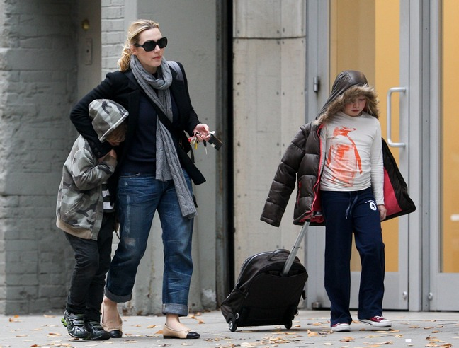 Kate Winslet, jeans, gray scarf, sunglasses, ballet flats, black jacket
