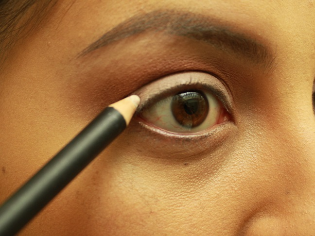 Use white liner to fill in lid