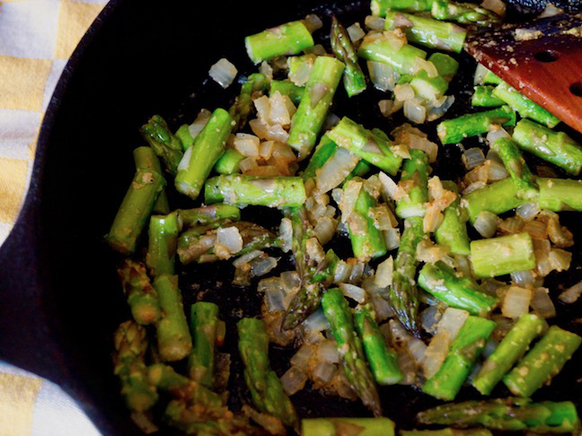 green-asparagus-black iron skillet