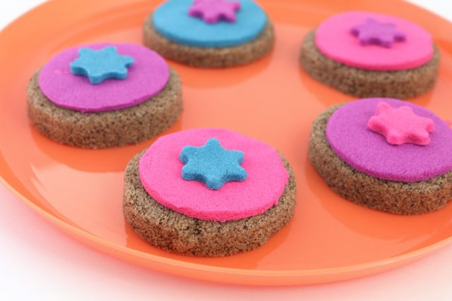 3 Pretend Play Food Ideas You Can Make With Kinetic Sand
