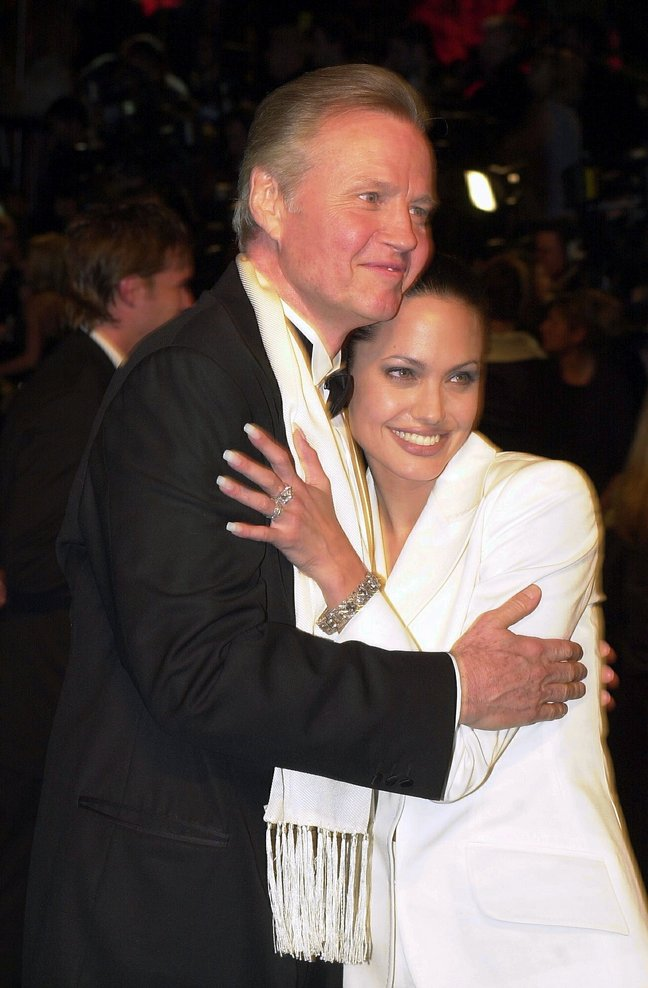 Angelina Jolie white suit, bracelets, Jon Voight black tuxedo, oscars 2001