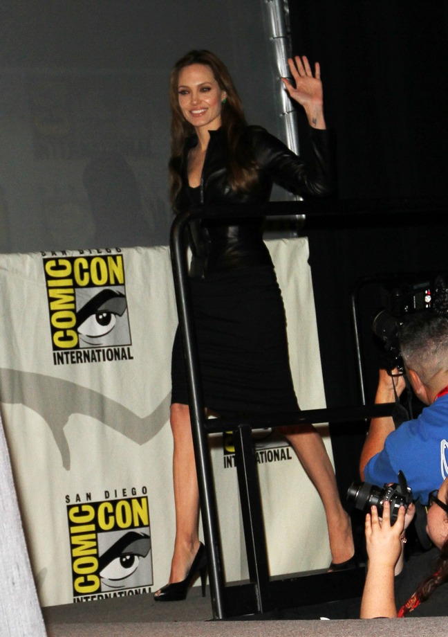Angelina Jolie, black leather jacket, black skirt, black peep toe shoes, bracelet, comic-con