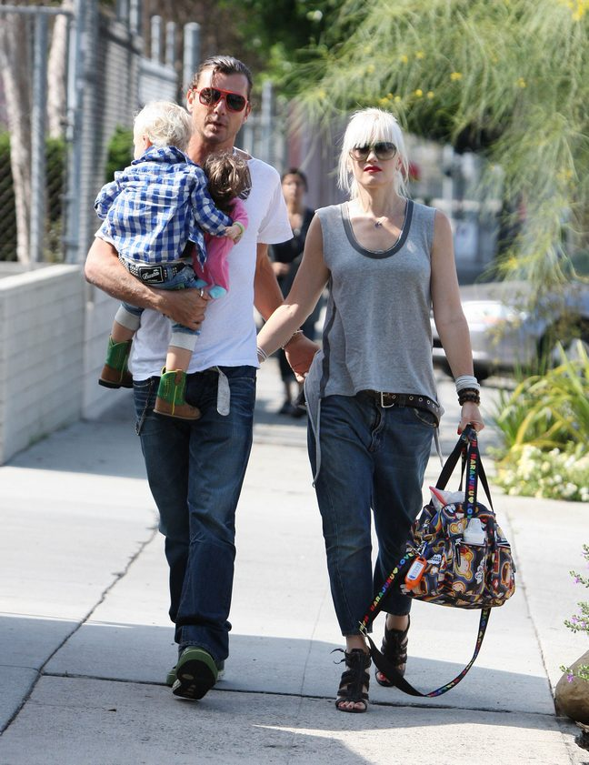 Gwen Stefani gray tank tops, baggy rolled jeans, belt, sandals, diaper bag, Gavin Rossdale, white tshirt, jeans, ponytail