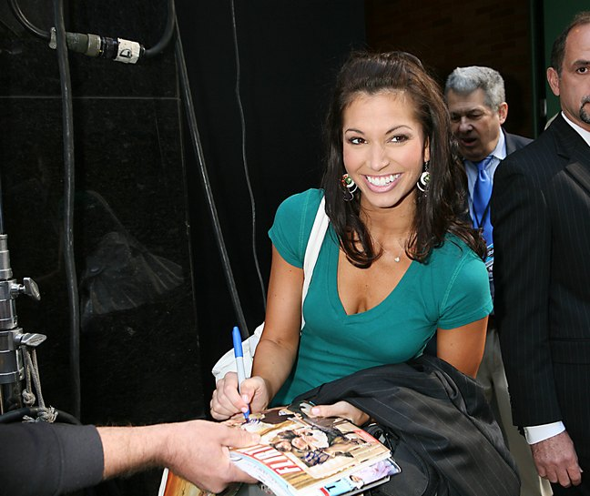 Melissa Rycroft, green top, silver earrings, white tote bag