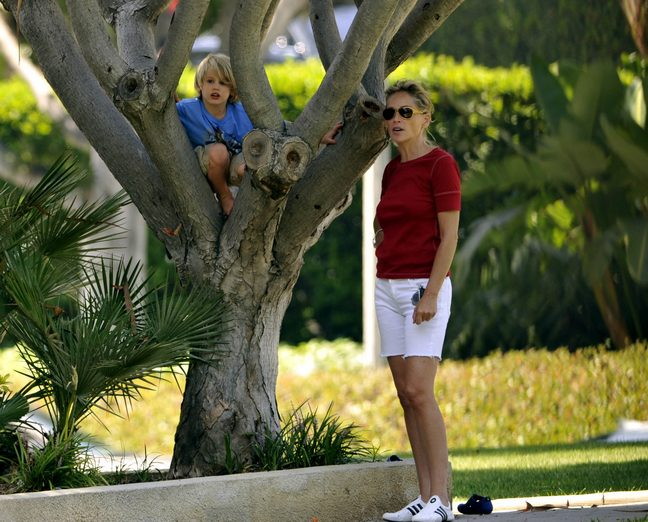 Sharon Stone, White shorts, red tshirt, teniis shoes, sunglasses