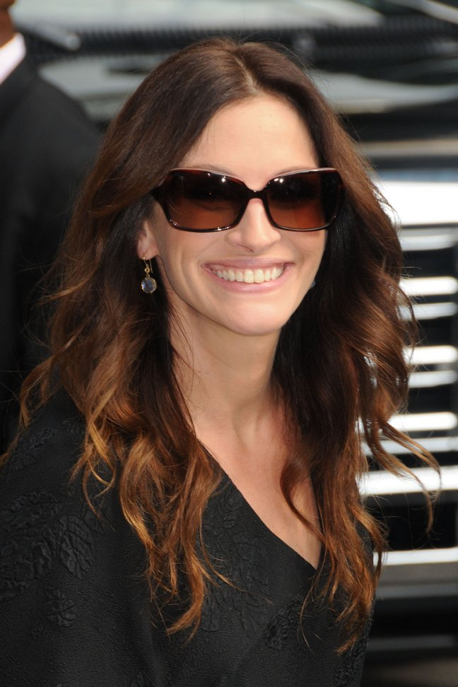 Julia Roberts, sunglasses, black blouse