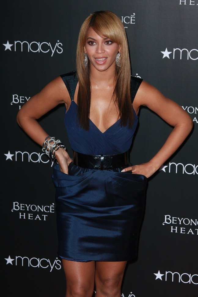 Beyonce Knowles, navy blue dress, bracelets