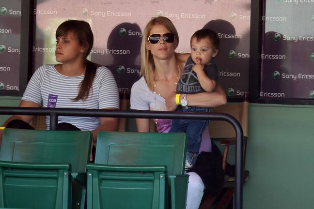 Elin Nordegren, gray tshirt, aviator sunglasses, double strand gold necklace chain, watch, white pants