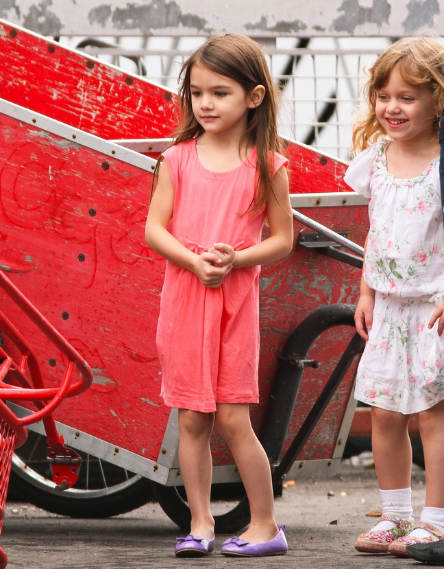 Suri Cruise, pink dress, purple shoes