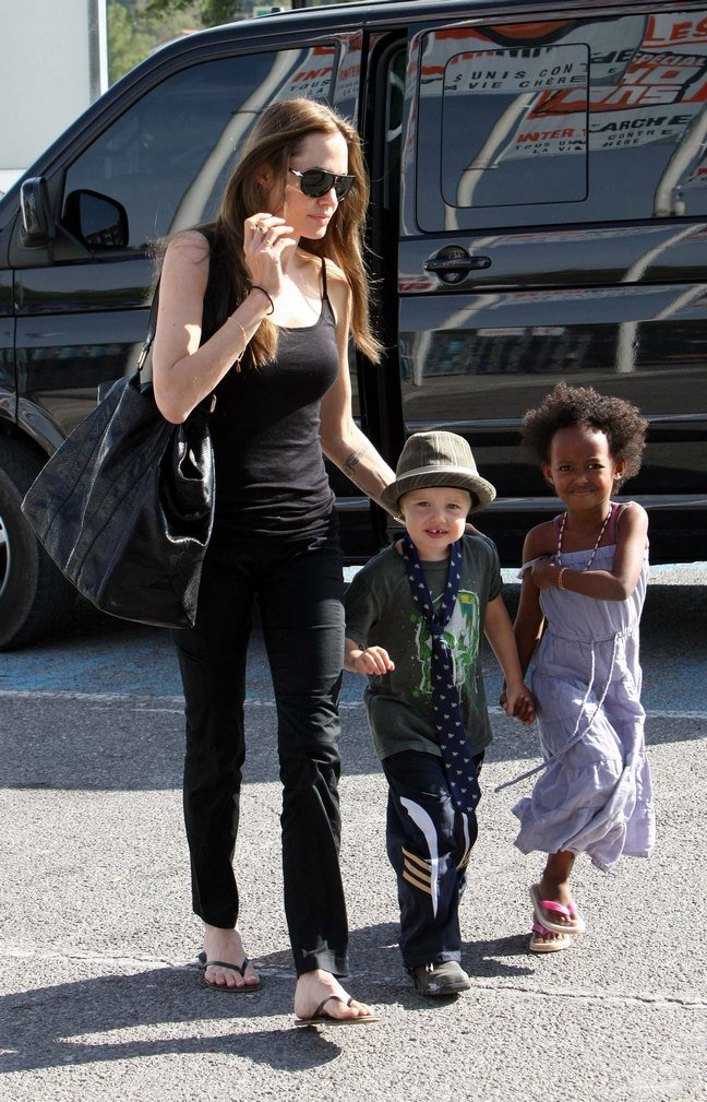 Angelina Jolie, black tank top, back pants, black flip flops, sunglasses, black tote bag