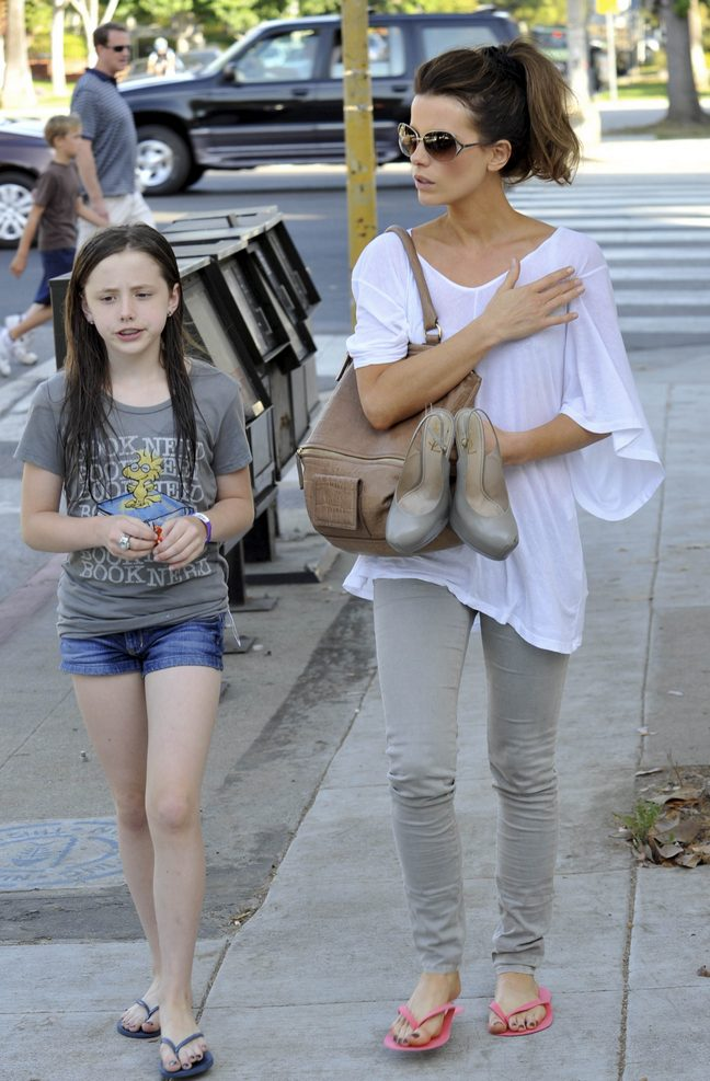 Kate Beckinsale, sunglasses, white top, gray skinny jeans, flip flops, Lily