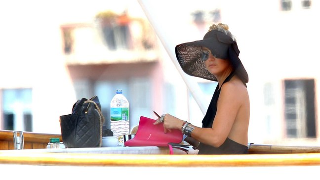 Kate Hudson, black hat, sunglasses, black dress, yacht
