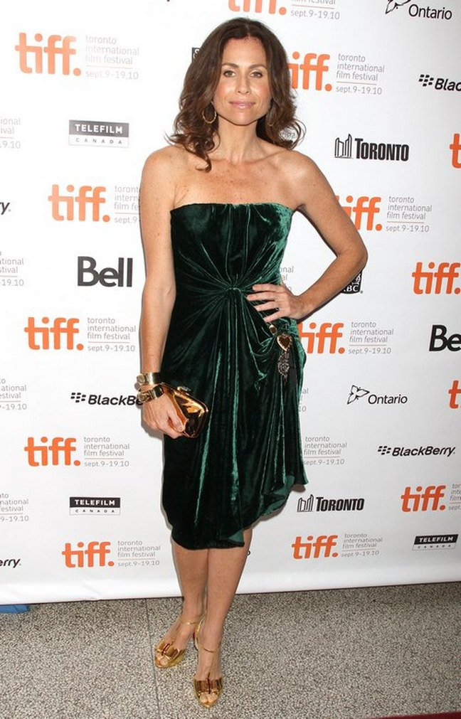 Minnie Driver, green velour dress, gold shoes, gold heels, gold clutch, gold bracelets, gold hoop earrings, large hoop earrings, strapless green dress, emerald green dress