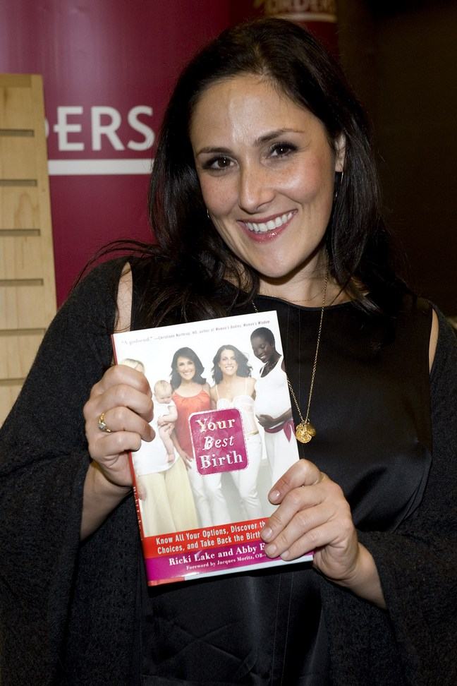 Ricki Lake, book signing, black top, gold necklace, gold earrings