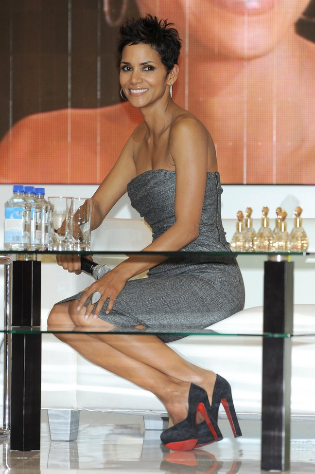 Halle Berry, strapless gray dress, black high heels, hoop earrings