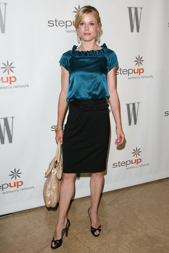 Julie Bowen, black skirt, green blouse, black heels, beige purse
