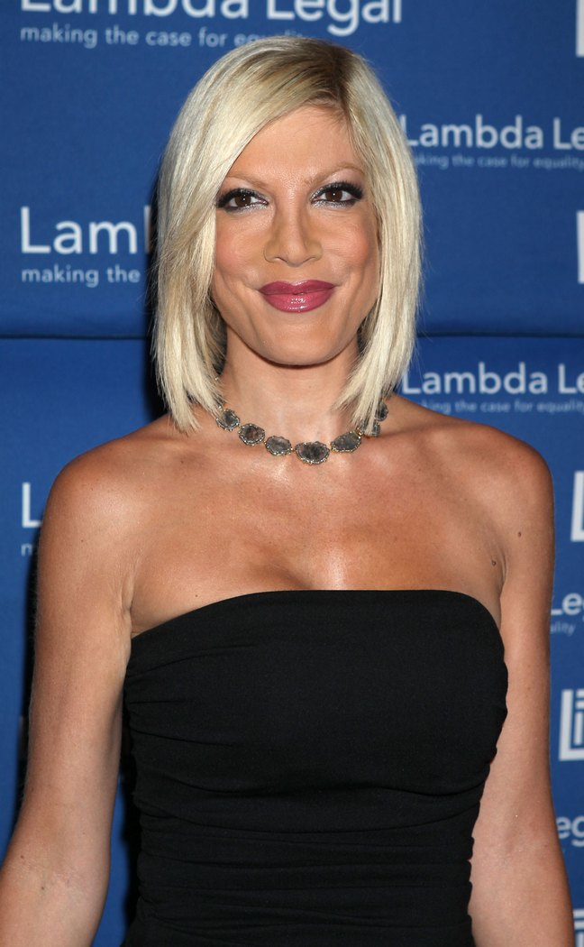 Tori Spelling, black strapless dress, necklace