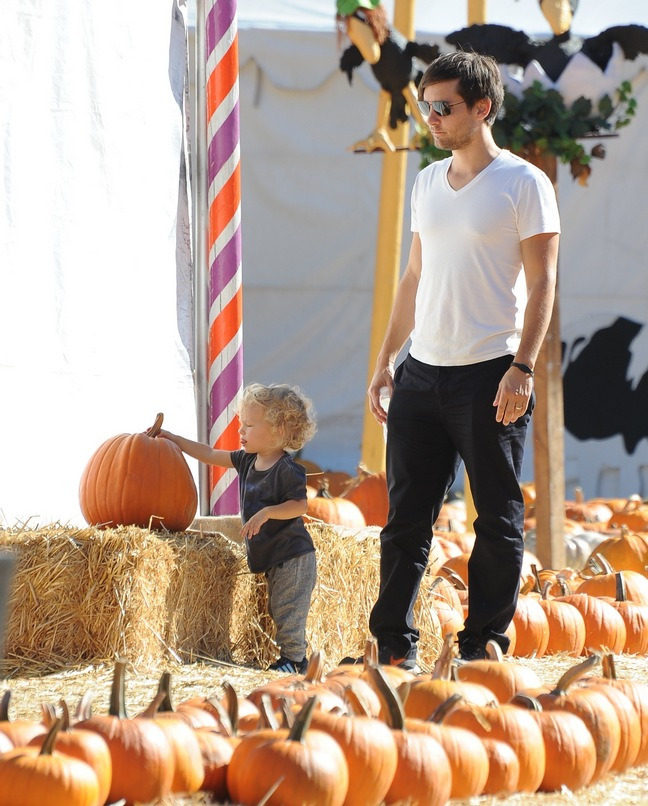 Tobiey Maguire, pumpkins, white tshirt, black pants, black shoes, Otis