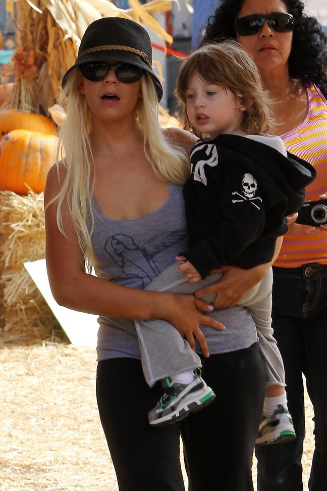 Christina Aguilera, gray tank top, black hat, sunglasses, black yoga pants, flip flops
