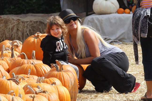 Christina Aguilera, jeans, black hat, sunglasses, tank top, pumpkin farm