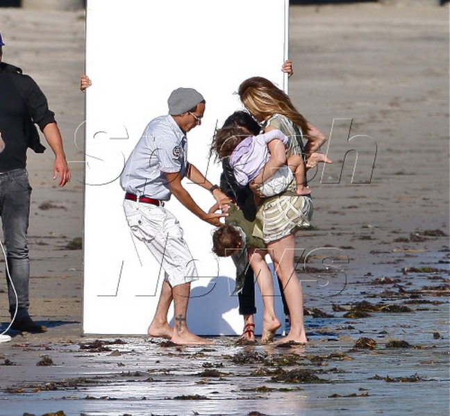 Jennifer Lopez, Malibu Beach, Green jumper, barefoot
